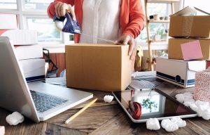 Comercio local preparando envío de venta online